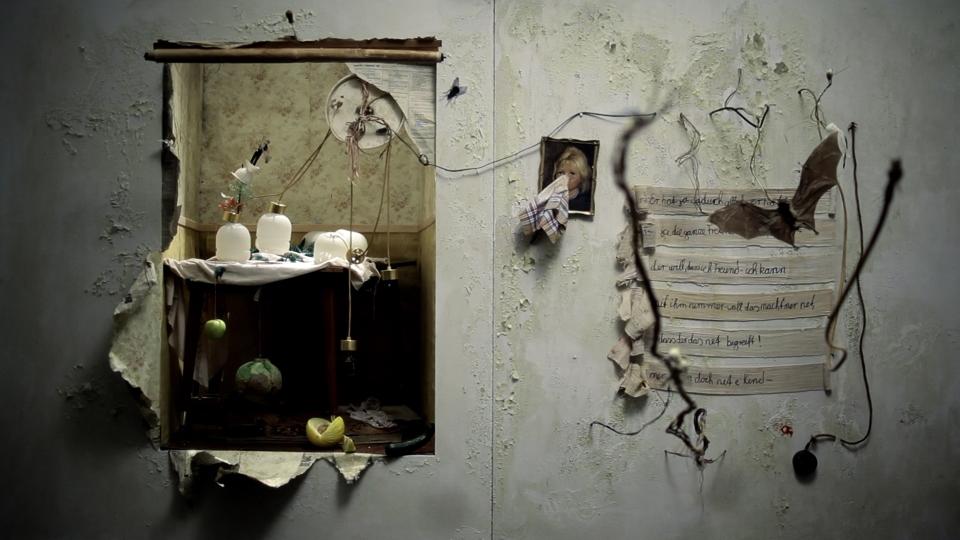 SIEBEN MAL AM TAG BEKLAGEN WIR UNSER LOS UND NACHTS STEHEN WIR AUF UM NICHT ZU TRÄUMEN © Susann Maria Hempel