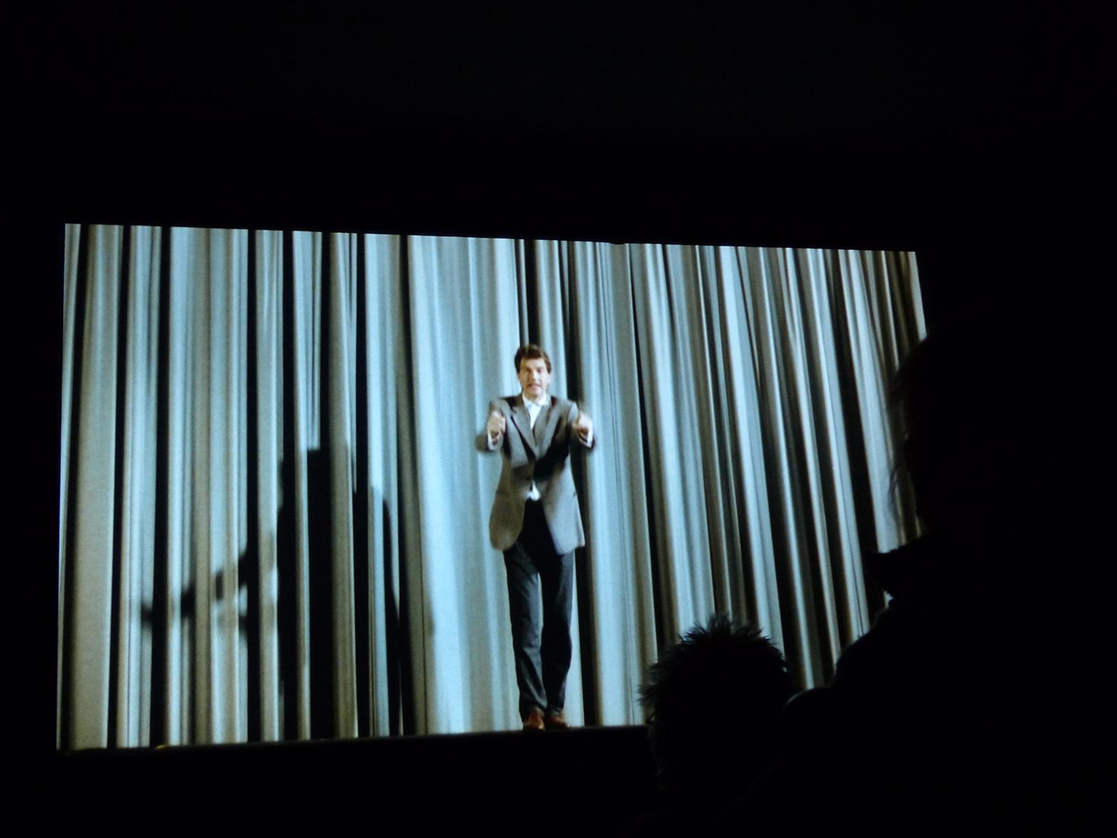 """Der Kurzfilm im Kinoprogramm (auf der Leinwand: """"Der Hahn ist tot"""") © Yumi Machiguchi"""