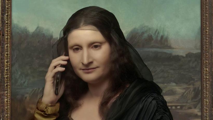 Die Mona Lisa telefoniert mit einem Smartphone.