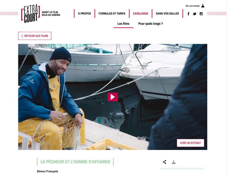 Ein Ausschnitt aus einer französischen Webseite, oben Menüpunkte. Im Vordergrund ein Filmstill: ein Fischer mit gelber Latzhose, dahinter Boote.