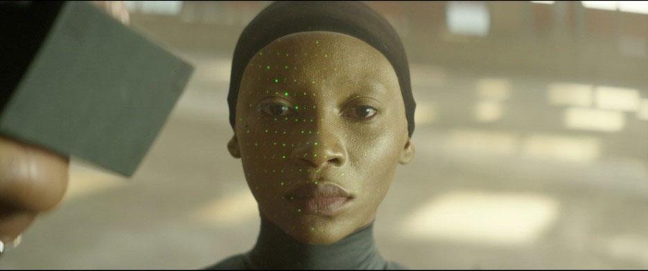 Film STILLBORN: Großaufnahme einer dunkelhäutigen jungen Frau mit schwarzer Kopfbedeckung.