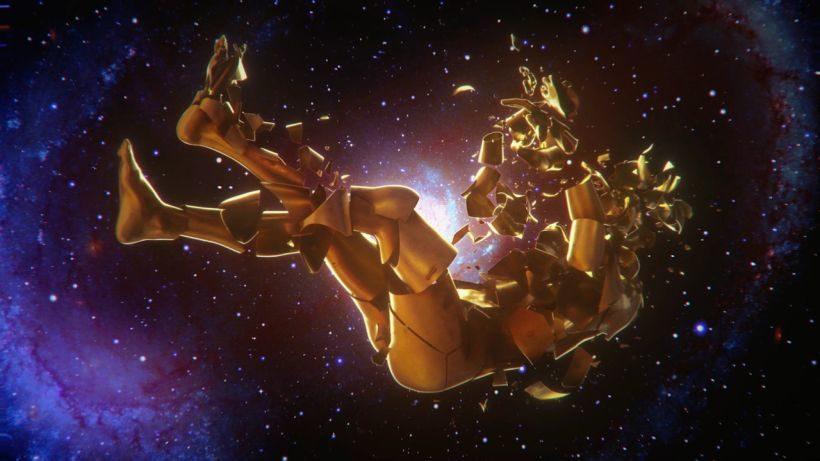 Filmstill CALL OF COMFORT: Ein goldener Körper schwebt im Weltraum. Der Körper scheint sich in kleine Einelbstandteile aufzulösen.